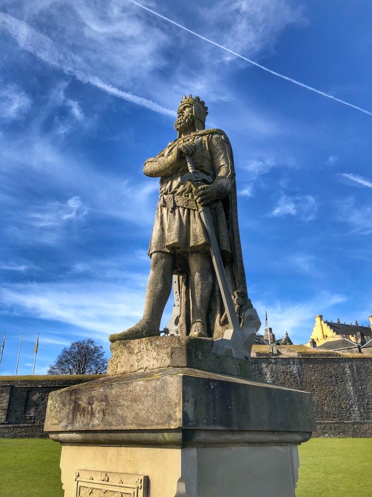 Robert the Bruce, König von Schottland. Er wurde wenige Jahre nach der Schlacht an der Stirling Bridge gekrönt und kämpfte auch mehrmals um diese Burg. Seine Statue steht vor dem Eingang zum Stirling Castle.