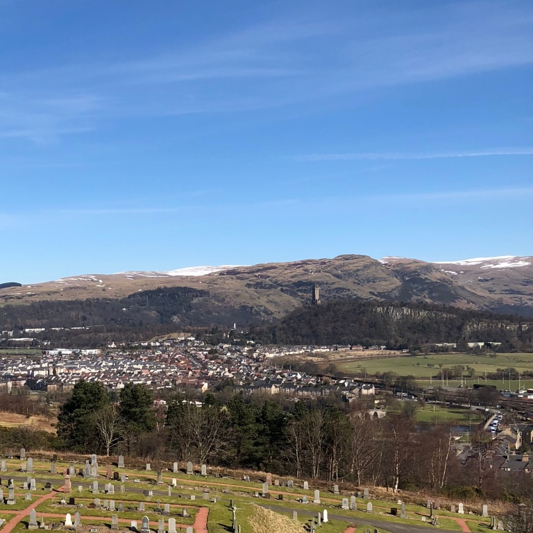 Blick vom Stirling Castle. Zu Füßen liegt Stirling, im Hintergrund kann man das Wallace Monument sehen.