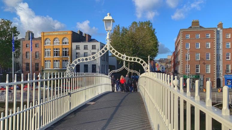 Die Half-Penny Bridge, eine der meist gequerten Fußgängerbrücken verbindet Temple Bar und die Innenstadt