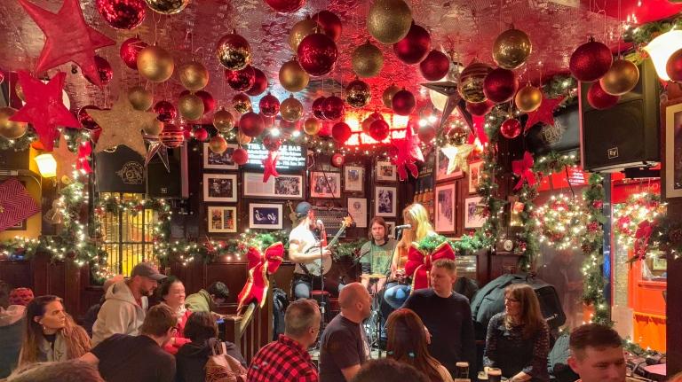 Es war zwar erst Ende November, aber die Pubs waren alle schon festlich geschmückt