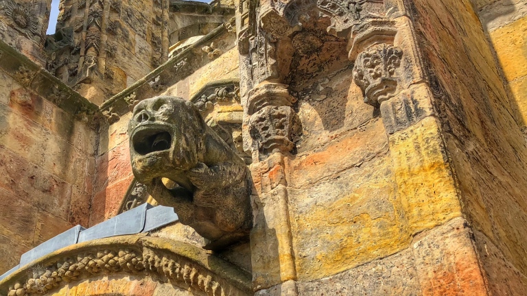 Auch an der Fassade befinden sich Hunderte von Gargoyles